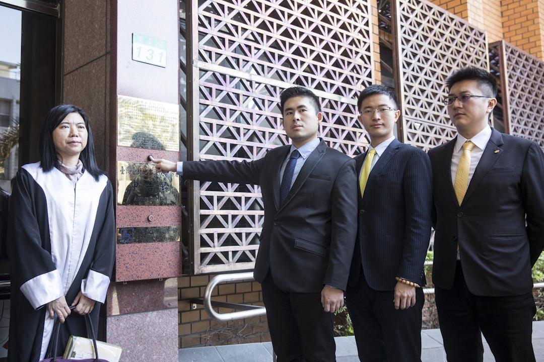 2017年12月22日,新黨發言人王炳忠聯同律師等人,到台北地檢署,按鈴控告北檢、調查局辦案人員違法搜索,涉嫌瀆職、侵入住宅、妨害自由等罪。