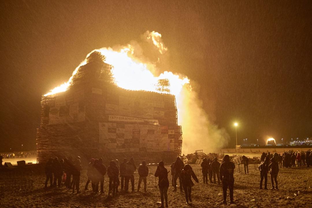2018年1月1日,荷蘭城市海牙,約300名 Duindorp 漁村的居民在沙灘上,用一年以來收集的木板,堆砌出高29.7米、全球最大的篝火。