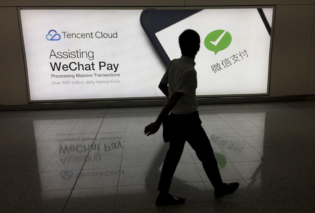 香港國際機場,一名男士經過微信社交媒體平台的廣告。
