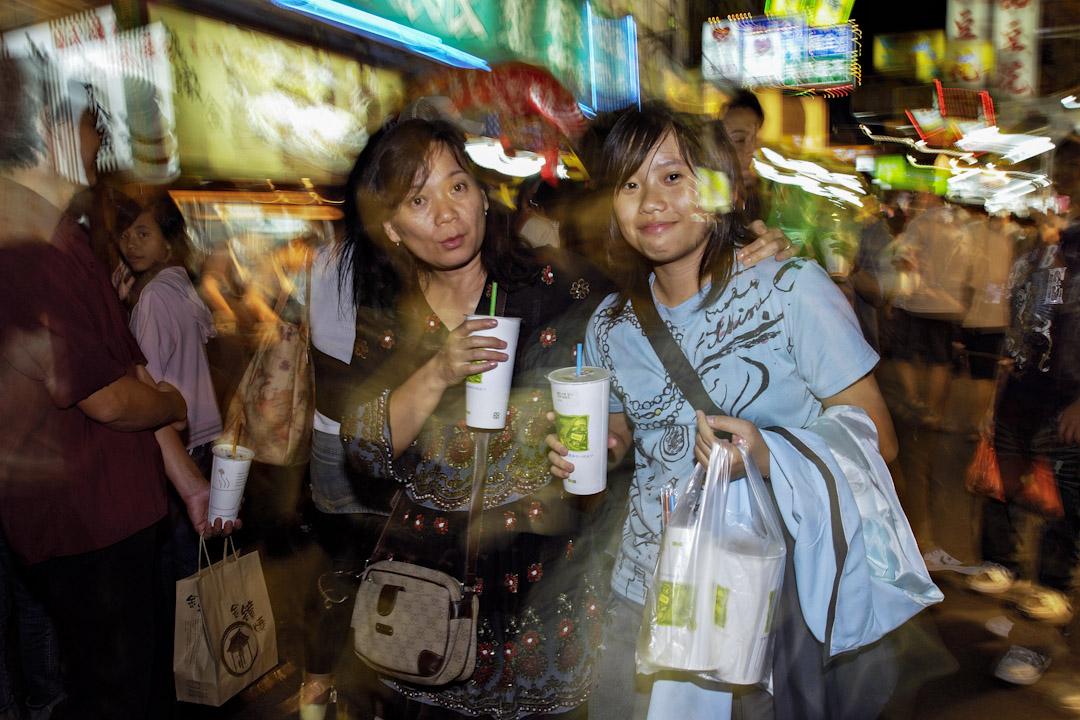 台灣於2018年1月1日起,擴大限制塑料袋使用,新增七類商店不得免費提供購物塑料袋,包括書局文具店、手搖飲料店、麪包店及藥房等,預計有八萬家店受到影響,每年可減少15億個塑料袋。 攝: Alberto Buzzola/LightRocket via Getty Images