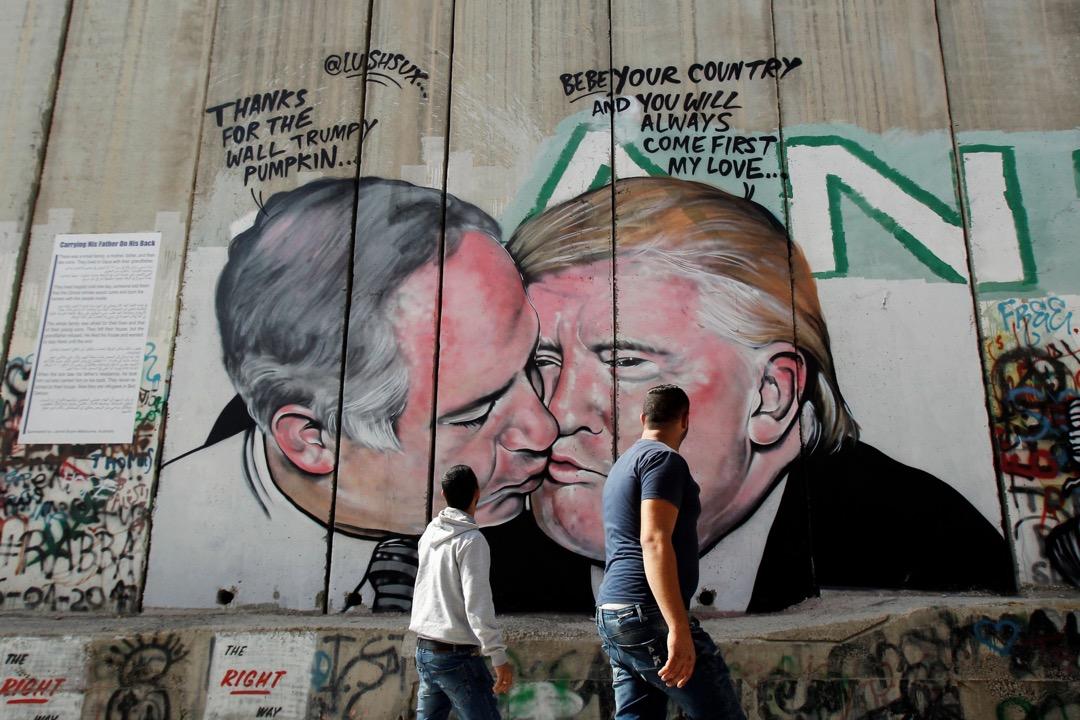 特朗普時代的中東政策一下子明晰起來,很大程度上摒棄了「騎牆」風格。美國重新強烈偏向以色列,爲此不惜冒着盟國、伊斯蘭世界,與國際大部分國家的反對,承認耶路撒冷為以色列首都。