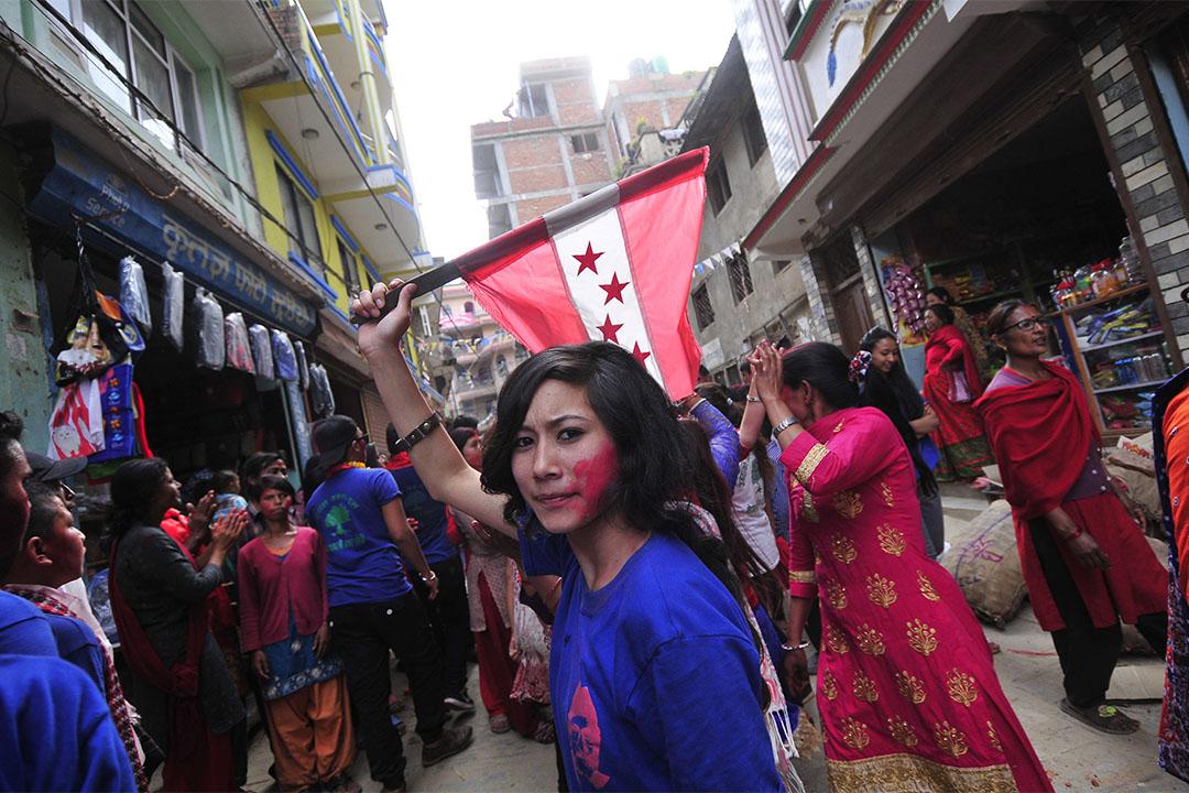 一名女孩在加德滿都街上揮舞尼泊爾國會旗幟,今年底尼泊爾舉行有史以來最大的民主選舉,結果顯示親中國的「新左派聯盟」大勝。 攝:Narayan Maharjan/NurPhoto via Getty Images