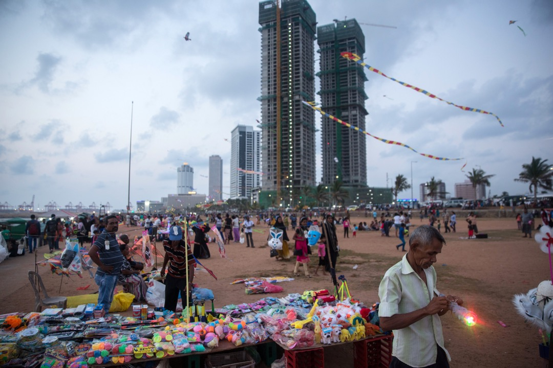 如果說斯里蘭卡是印度的台灣,那中國對斯里蘭卡來說,則極似台灣的美國。圖為中國在斯里蘭卡重點投資的港口城地區,後面正在興建的是香格里拉酒店。 攝:Taylor Weidman/Bloomberg via Getty Images