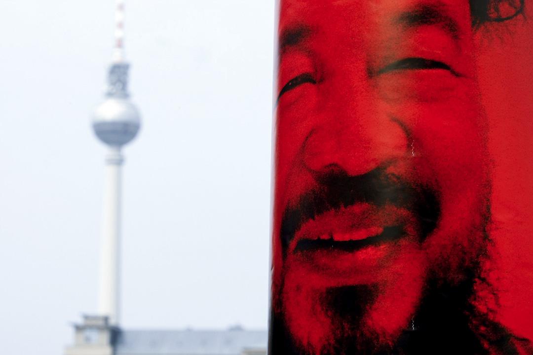 2011年4月17日,德國柏林,支持艾未未的藝術家們在柏林中國領事館前示威,呼籲全球聯合聲援艾未未。