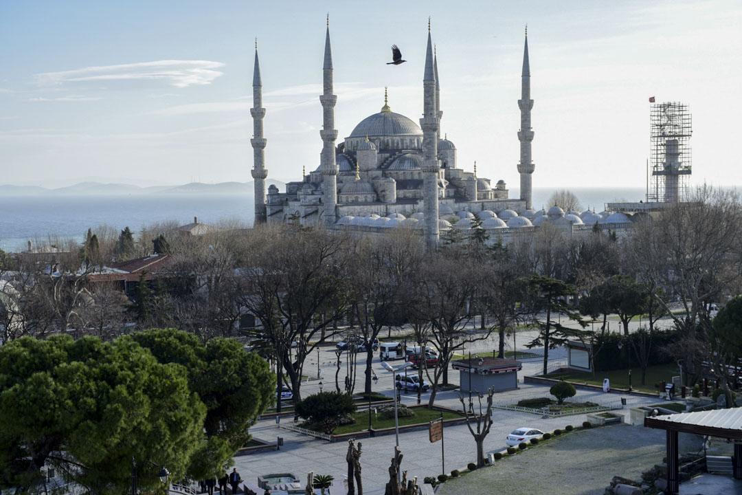 我在一個空隙拉着他們跑去看了伊斯坦堡著名的藍色清真寺和索菲亞大教堂。可我是想當然他們理解伊斯蘭文化的基礎常識?着看着他們在清真寺裏充滿好奇的自拍,並沒有想到應該多介紹一些。