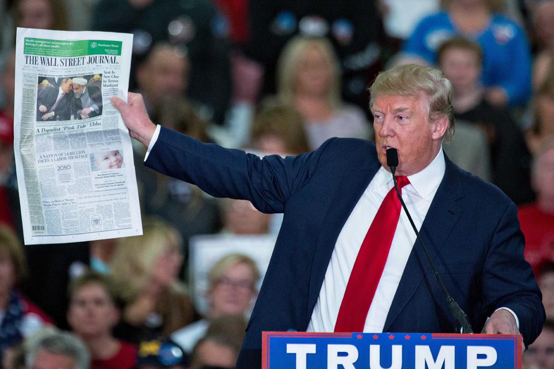 圖為2015年11月,仍在競選總統的特朗普出席活動時,手執一份《華爾街日報》並對該報作出抨擊。 圖片來源:東方IC