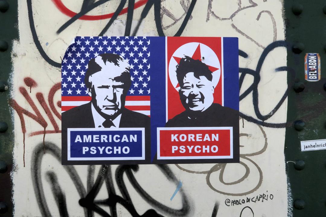 英國倫敦街頭的一張政治海報,諷刺美國總統特朗普及北韓領袖金正恩均為精神病患者。