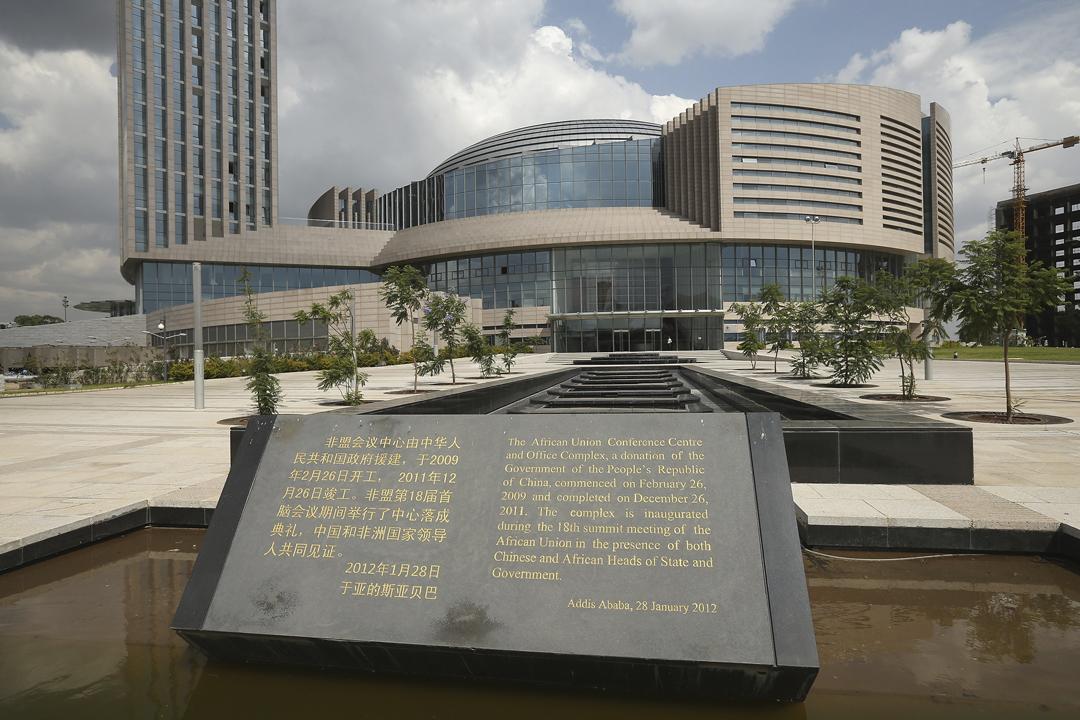 法國《世界報》(Le Monde)引述消息報導,非盟總部去年初發現被安裝有竊聽裝置,數據每晚傳送至上海。圖為位於埃塞俄比亞首都的非盟總部外,一個說明大樓由中方全資興建的紀念碑。 攝:Sean Gallup / Getty Images