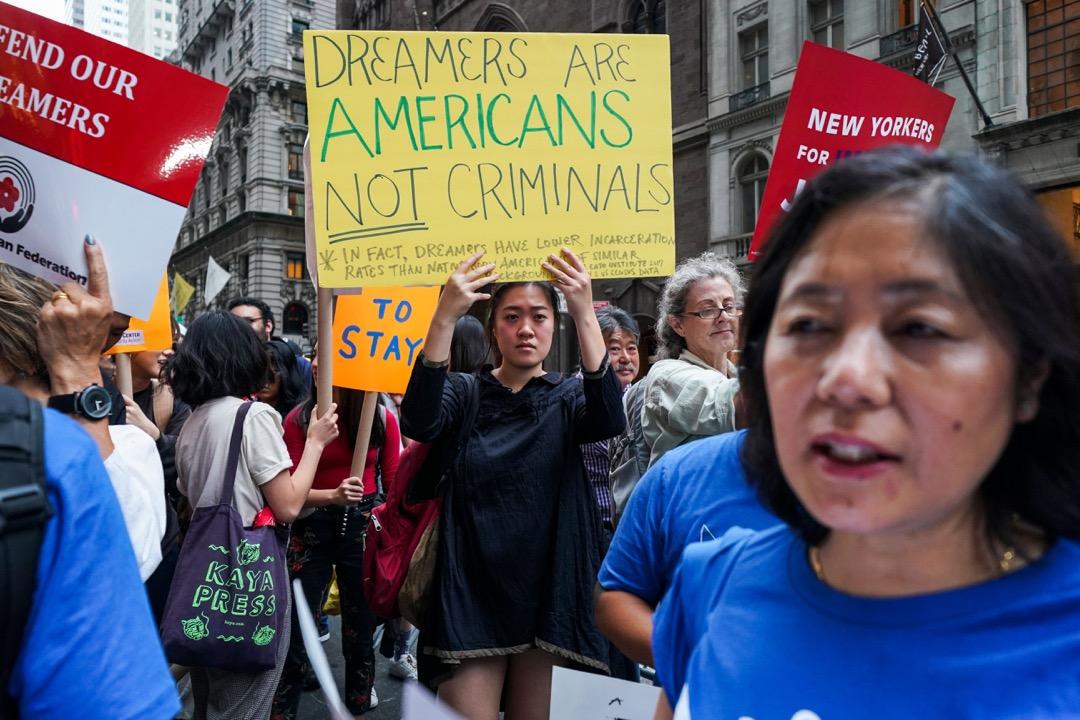美國司法部長塞申斯正式宣佈美國政府將停止「Deferred Action for Childhood Arrivals」(簡稱DACA)計劃。這一奧巴馬時代的計劃,旨在保護隨父母前往美國的無證移民不被遣返,并給與他們臨時工作證。這些暱稱為「夢想者」(Dreamers)的孩子們,在幼年被家長帶到美國,是無證移民中最受美國主流社會接受的群體,也是最容易被遣返的群體——他們不像其他流散的無證移民,從住址到家庭,全都被記錄在案。 攝:Jewel Samad/AFP/Getty Images