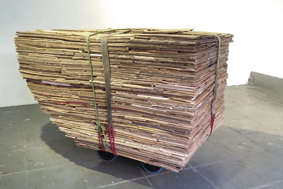 程展緯在街上向執拾紙皮為生的老人關伯伯買下他的紙皮車,起名《解款車》,在香港巴塞爾藝術展展出,以引起觀眾反思階級之間的生存條件落差。