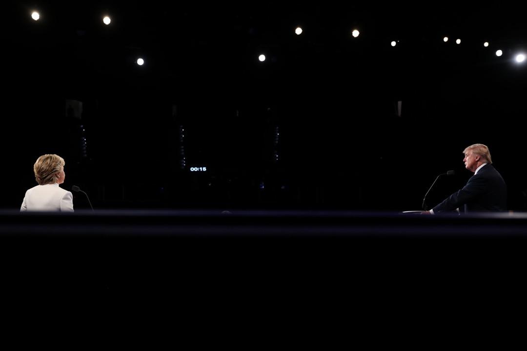 近年來西方社會的動盪局勢中,一個引人注目的現象是日益嚴重的政治極化,突出體現在美國總統選舉的白熱化競爭。圖為2016年美國總統大選電視辯論。 攝:Joe Raedle/AFP/Getty Images