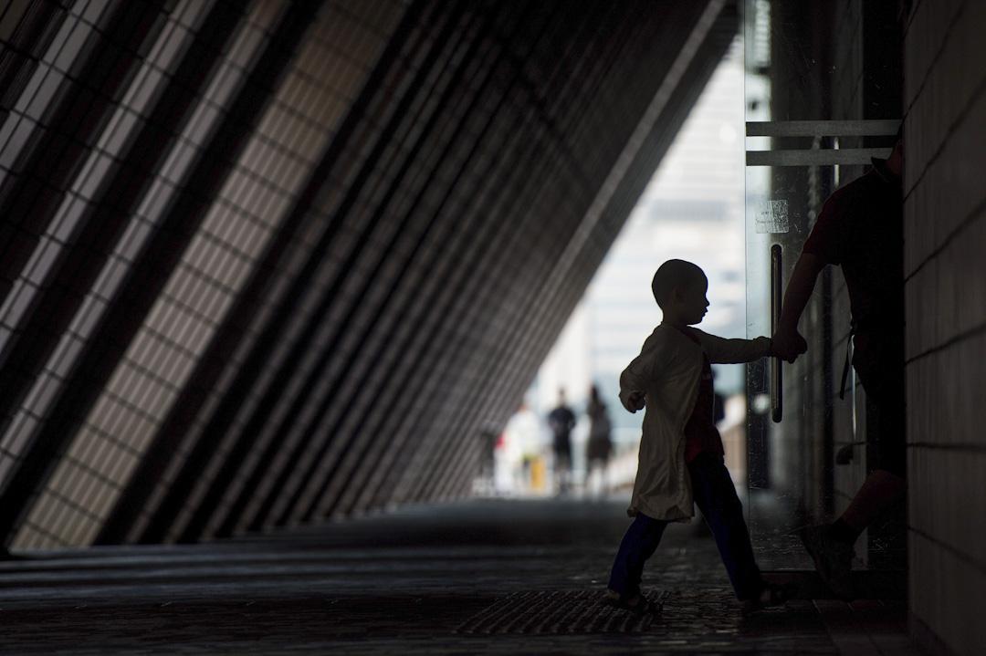 一直以來,學校內出現欺凌問題、學童自殺問題事實已證明,可能發生的困難或是難以預測的,而駐校社工正正是重要的把關者,需要以其經驗及專業知識先作第一步的檢視。而香港政府從來只願意投放資源在學校,卻不願意將社工常規化,漠視學生的需要。 攝:Anthony Wallace/AFP/Getty Images