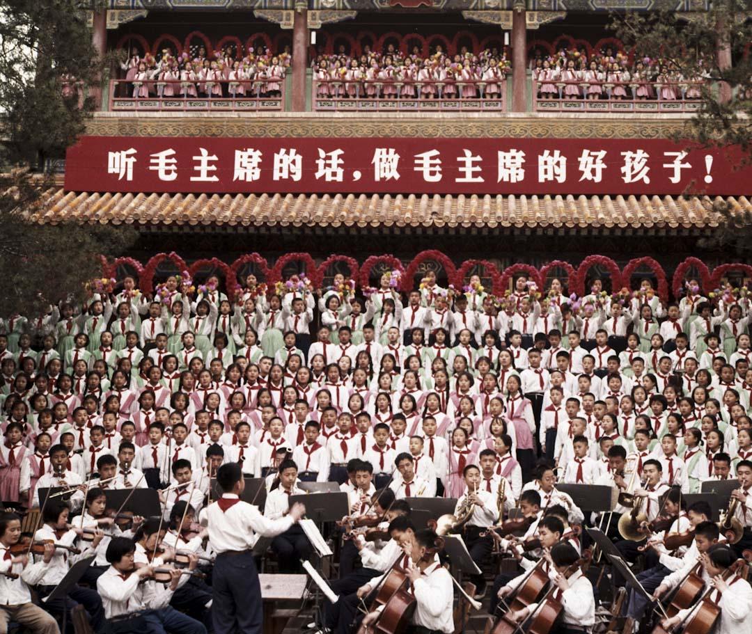 2018年1月10日,微信公眾號「講史堂」發文指,即將於春季投入使用的大陸新版歷史教科書中,刪去了「『文化大革命』的十年」一課,將其內容並入「艱辛探索與建設成就」一課,同時,書中對該事件的文字表述亦做了修改。圖為1965年5月1日,北京的兒童在慶山公園慶祝勞動節,並唱共產黨革命歌曲。 攝: Sovfoto/UIG via Getty Images