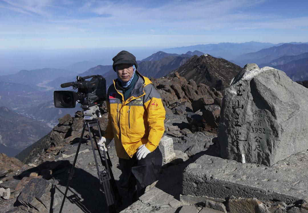 2009年12月9日,柯金源在玉山主峰拍攝高山生態。