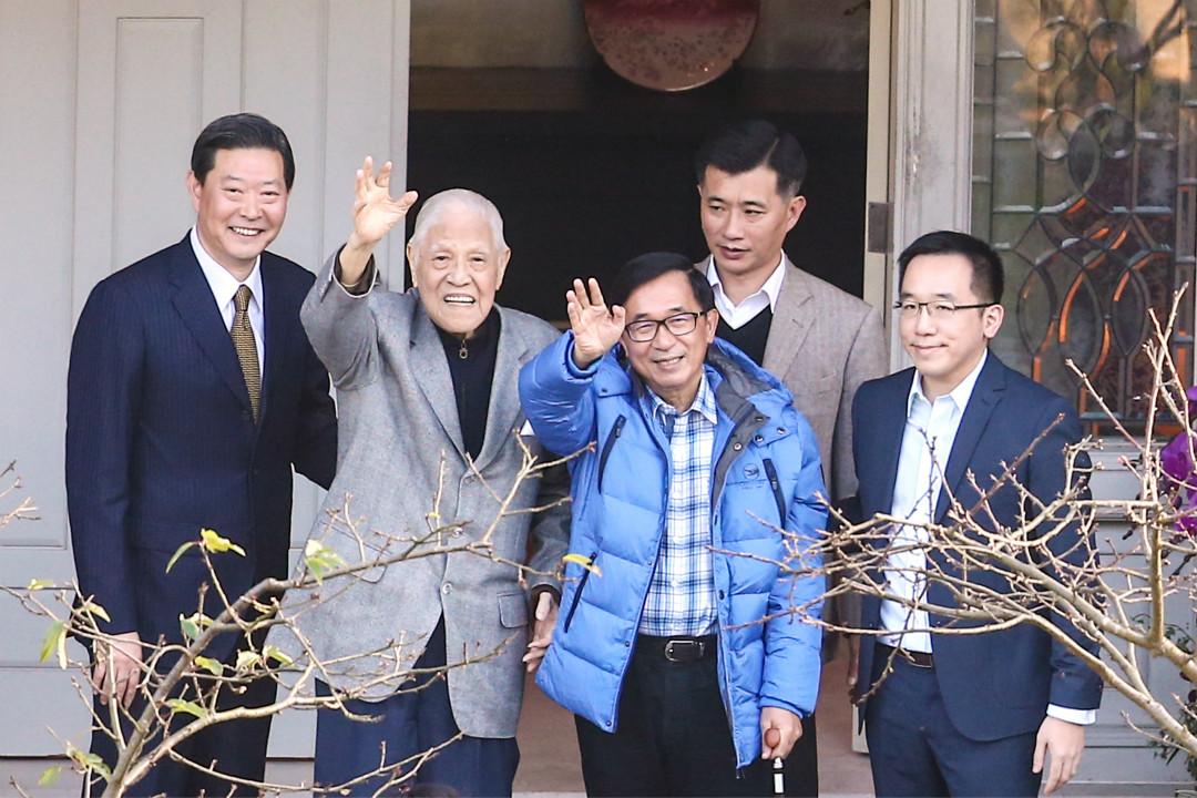 2018年1月15日,台北,李登輝(左二)96歲大壽,陳水扁(中)與兒子陳致中(右一)親赴翠山莊為李祝壽,兩人會面將近五十分鍾後,陳水扁與李登輝一起步出大門,並向遠方守候的媒體揮手致意。 攝:Imagine China