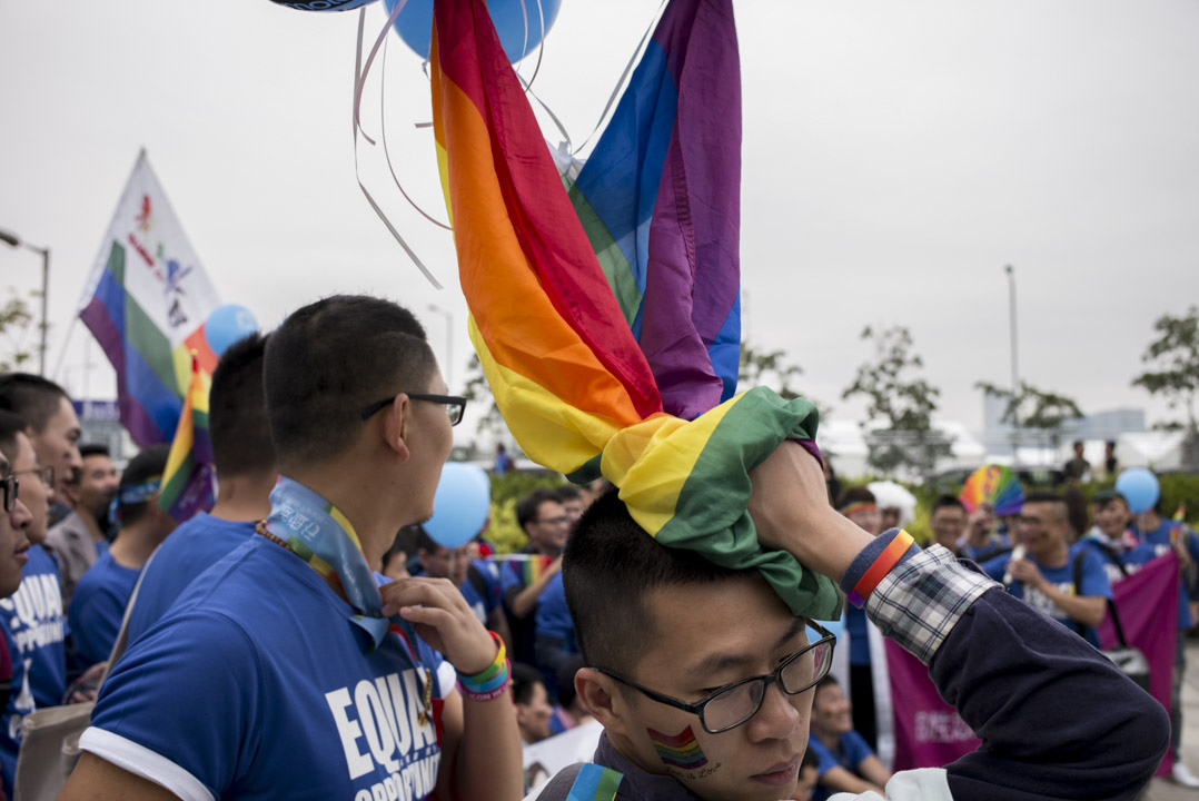 過去十多年,中國同志群體的可見度一路提升,主要歸功於各類社會組織的努力推動。圖為2017年11月25日,有內地同志團體參加香港同志遊行。