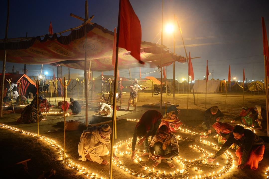2018年1月2日,印度苦行僧在恒河、亞穆納河及薩拉斯瓦蒂河匯流位置點起油燈,慶祝 Paush Purnima——冬天的最後一個滿月。