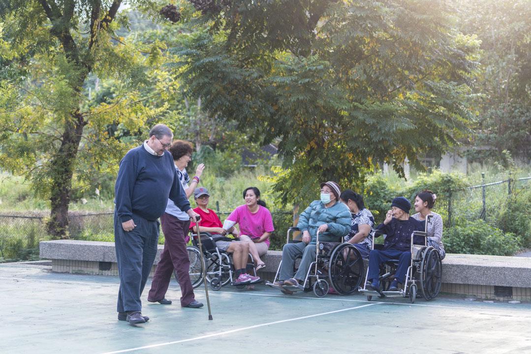 Daniel Kuhns與妻子Bridget Kuhns在台東一個小社區中漫步,與當地人打招呼。 攝:張國耀/端傳媒