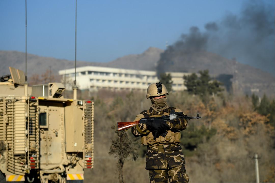 1月21日,阿富汗首都喀布爾洲際酒店遭槍手襲擊,造成至少18名平民死亡,其中包括14名外國人。軍警與槍手駁火期間有房間傳出爆炸聲,酒店頂層冒出濃煙。 攝:Wakil Kohsar/Getty Images
