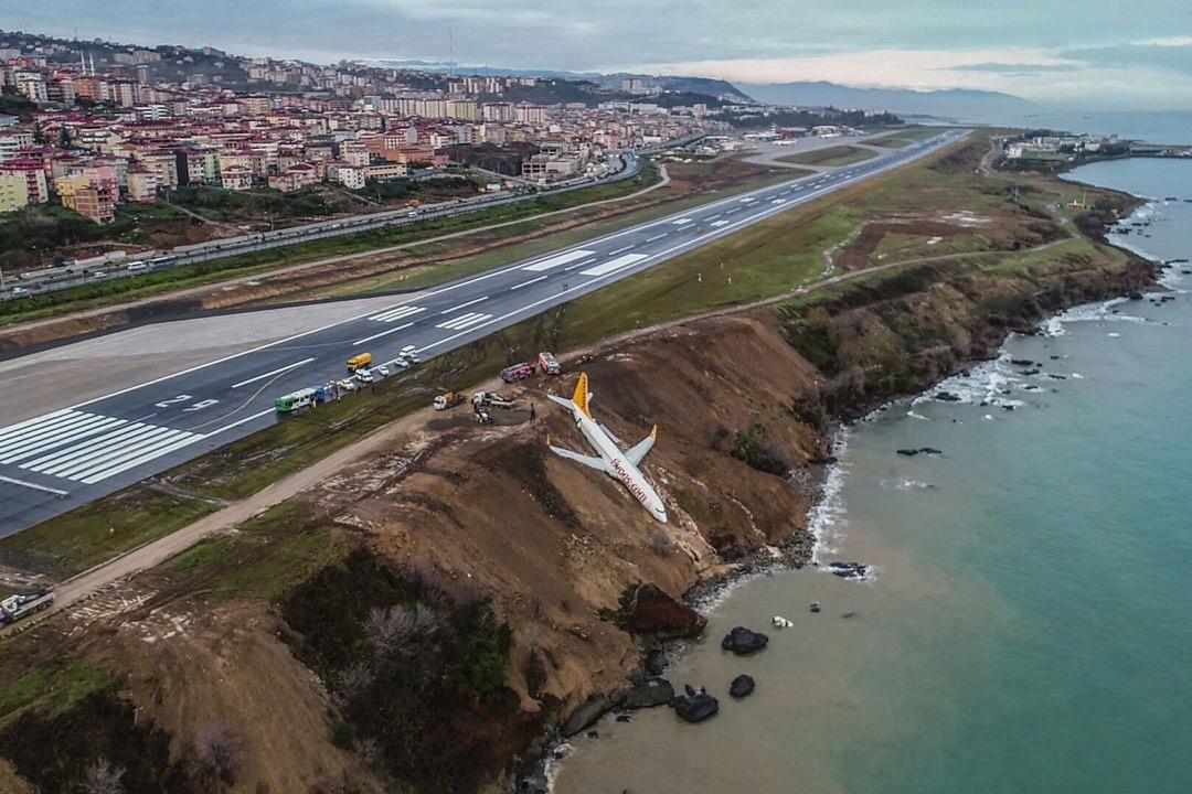 2018年1月14日,土耳其黑海沿岸城市特拉布宗,廉航飛馬航空一輛客機降落時滑出跑道險墮海。機上載著162名乘客和6名機組人員,無人受傷。 攝:Stringer/AFP/Getty Images