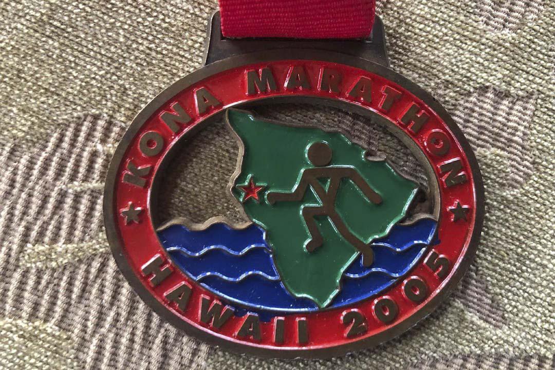 為了鼓勵先生中風後重新振作,未曾參加過運動比賽的Bridget挑戰馬拉松長跑。圖為Bridget於2005年參加為中風病友而跑的馬拉松比賽紀念獎牌。