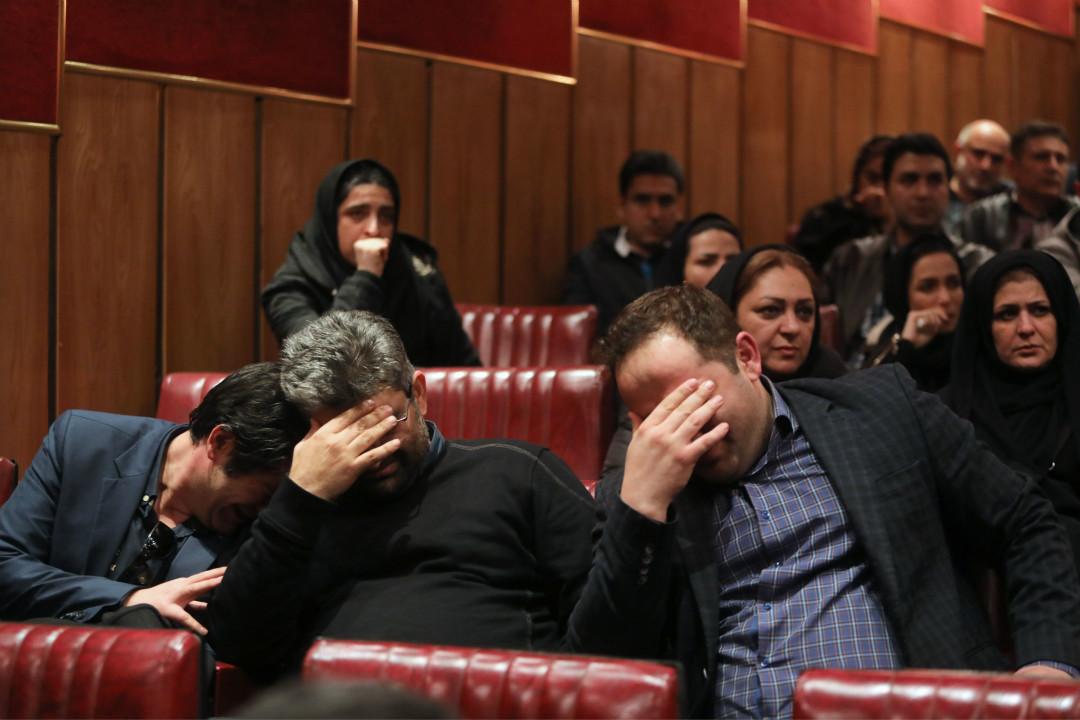 1月14日,燃燒了8日的運油船「桑吉」(SANCHI)輪突然爆燃後沉沒。消息傳來,失蹤伊朗船員的親友在伊朗國際郵輪中心大樓悲傷痛哭。 攝:Atta Kenare/Getty Images
