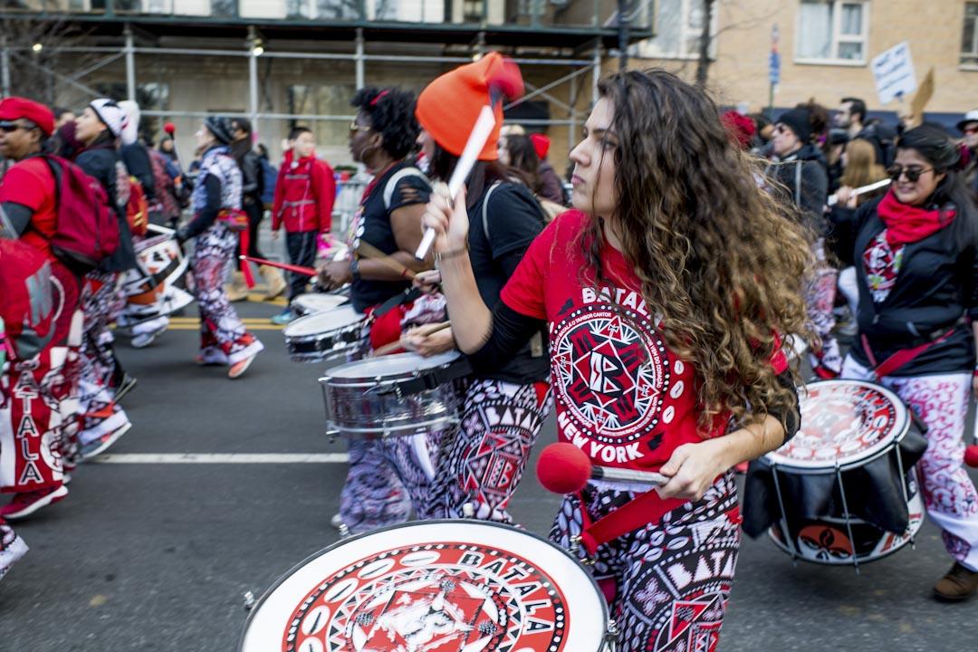 紐約市,有樂隊團體帶同敲擊樂器參與2018年度女性大遊行。