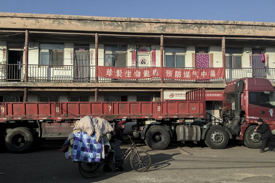 廢品市場的快速拆遷伴隨着城市廢品的快速增長,政府驅趕了20萬的京城拾荒者,北京的垃圾處理面臨重大問題。圖為兩位運送垃圾的拾荒老人。