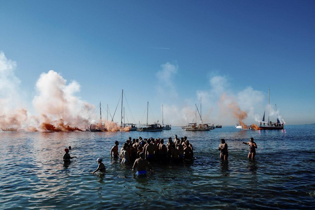 2018年1月6日,希臘首都雅典,東正教教徒在對出的海面尋找一個被仍進水裏的十字架。這是東正教慶祝主顯節的傳統儀式,牧師將一個十字架仍進水裏,尋回十字架的人以及參與儀式的人在來年都會身體健康。