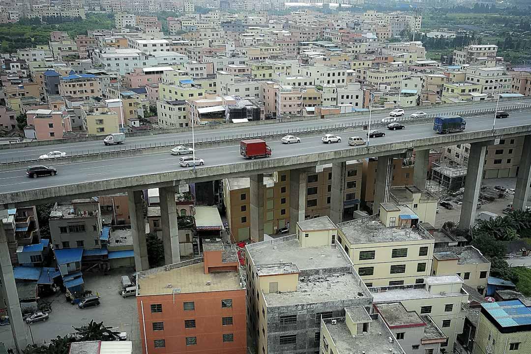 西三村在廣州番禺區的西北角,面積1.49平方公里。東沙大橋將村子劈成了兩半。近50米高的大橋下,形成一片複雜的場域。
