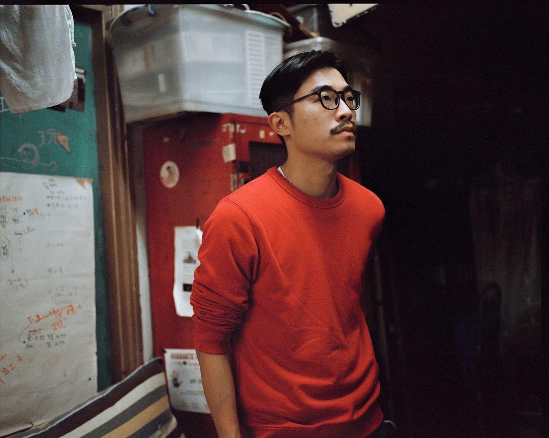 80後的香港獨立電影導演林森。十幾歲時因家姐為八樓的香港大學委任管理委員,而在八樓開始接觸文化行動,可算是「在八樓長大和發現自己終身職志」的一代。
