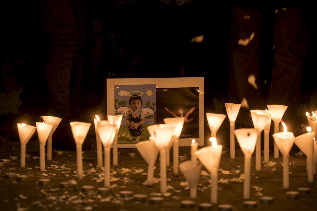2018年1月13日,關注兒童權利的團體於政府總部公民廣場外,為受虐而去世的臨臨舉行燭光悼念會,有逾廿名市民出席,冀政府檢討整個保護兒童制度。