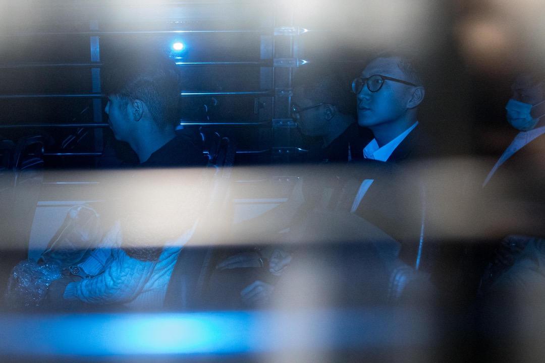 香港高等法院今天續審2016年「旺角騒亂案」,案發時任「本土民主前線」發言人梁天琦等6人分別被控煽惑暴動、參與暴動、襲警等罪。其中梁天琦承認一項襲警罪,但否認其餘三項控罪,被即時還柙。圖為1月23日,梁天琦由囚車押往往香港高等法院應訊。 攝:Stanley Leung/端傳媒