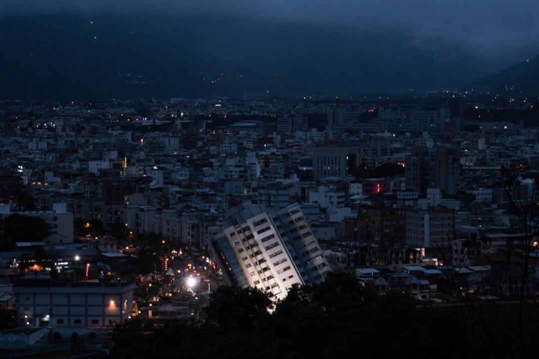 2018年2月6日,花蓮地震規模高達6.0,花蓮市區傳出大樓坍塌及道路龜裂災情,其中,花蓮雲門翠堤大樓因強震嚴重傾斜。