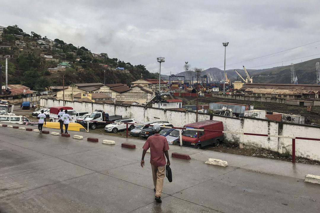 剛果內戰在2003年7月正式結束,死亡人數380萬。國際救援委員會當時估算,在2004那一年,剛果金每天有1000人因疾病與饑荒而死亡。圖為剛果金第一大港口城市馬塔迪。