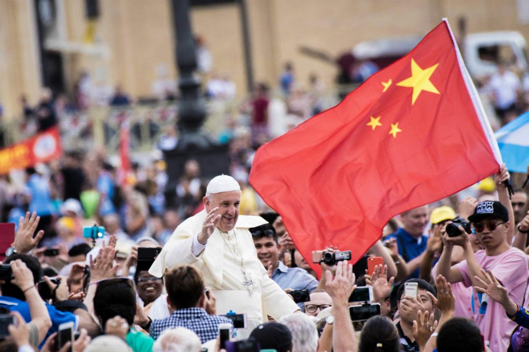 2016年6月15日,梵蒂岡聖彼得廣場,教宗方濟各(Pope Francis)在一面中國國旗前經過。 攝:Massimo Valicchia/Getty Images