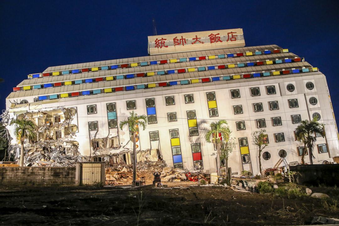屹立於美崙溪畔的統帥大飯店,是花蓮知名地標。在2月6日的地震中統帥飯店倒塌,飯店成功疏散旅客與員工共131人,3名夜班員工受困。其中2名員工獲救生還,36歲的夜班員工周志軒不幸罹難。因搜救工作已宣告完畢,為避免餘震引發進一步災情,花蓮縣政府下令於9日清晨進行拆除作業。 攝:Imagine China