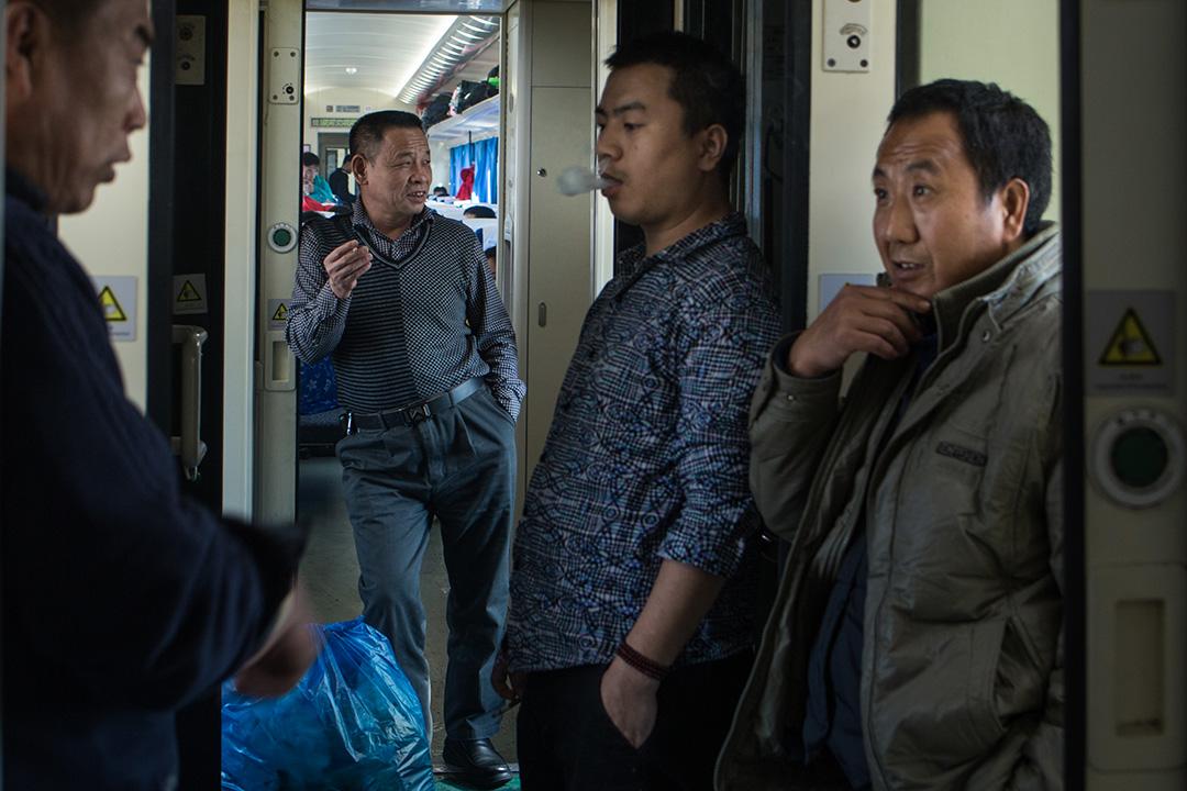 車廂與車廂間,乘客不停在抽煙。