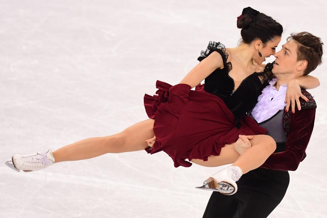 2018年2月20日,西班牙選手 Sara Hurtado(左)和 Kirill Khaliavin(右)正在花式滑冰比賽的自由舞項目中競賽。