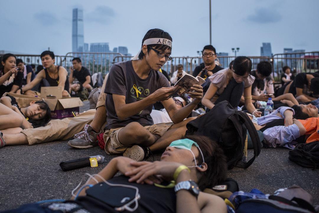 雨傘運動是2014年9月26日至12月15日在香港的爭取真普選的公民抗命運動。示威者自發佔據多個主要幹道進行靜坐及遊行,佔領區包括金鐘、銅鑼灣及旺角,這次維期79天的抗爭運動是香港歷史上最大型的公民抗命運動。 攝:Chris McGrath/Getty Images