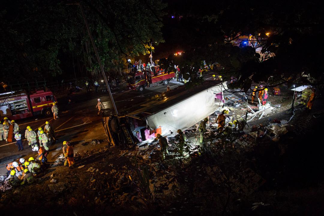 香港昨日(10日)發生涉及一輛雙層巴士的嚴重重禍,造成19人死亡,61人受傷;年約30歲的巴士車長生還,及後因涉嫌危險駕駛導致他人死亡及嚴重受傷,被警方通宵扣查。  攝:林振東 / 端傳媒