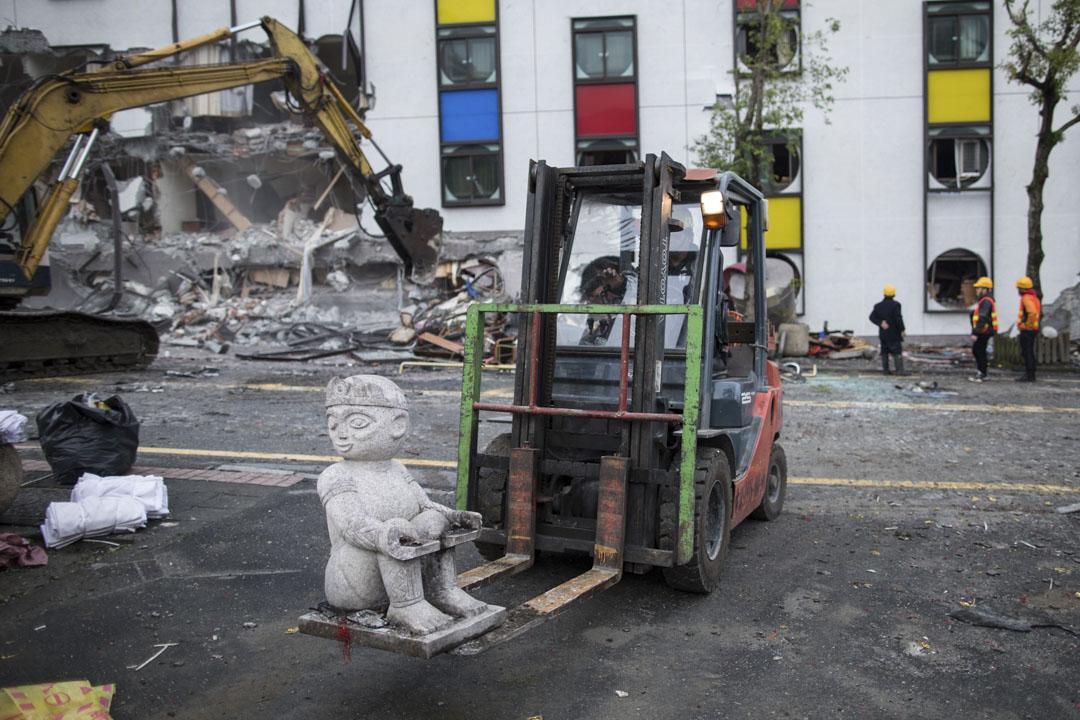 2018年2月9日,工程人員準備把地震後倒塌的統帥大飯店拆除,以免造成危險。其中,一名工程人員把飯店周邊沒有受損的石雕搬到安全的地方。