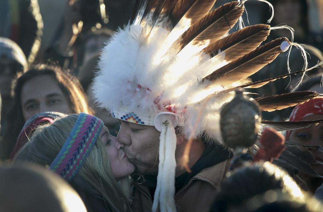 2016年12月,在長達兩年的抗爭後,美國原住民立岩蘇族部落(Standing Rock Sioux Tribe)反對興建「達州輸油管」(DAPL)運動成功,原住民和示威人士慶祝。