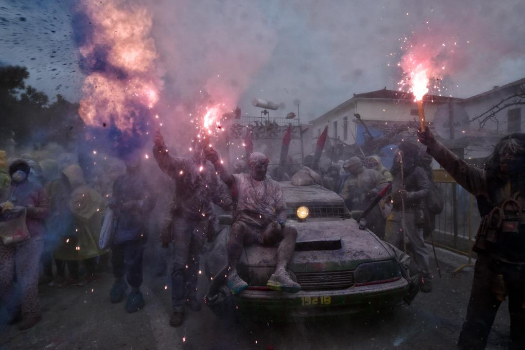 2018年2月19日,節慶嘉年華完結,為期40天的四旬期的開始,在希臘小鎮 Galaxidi,有當地東正教教徒到街上參與「麵粉大戰」慶祝。