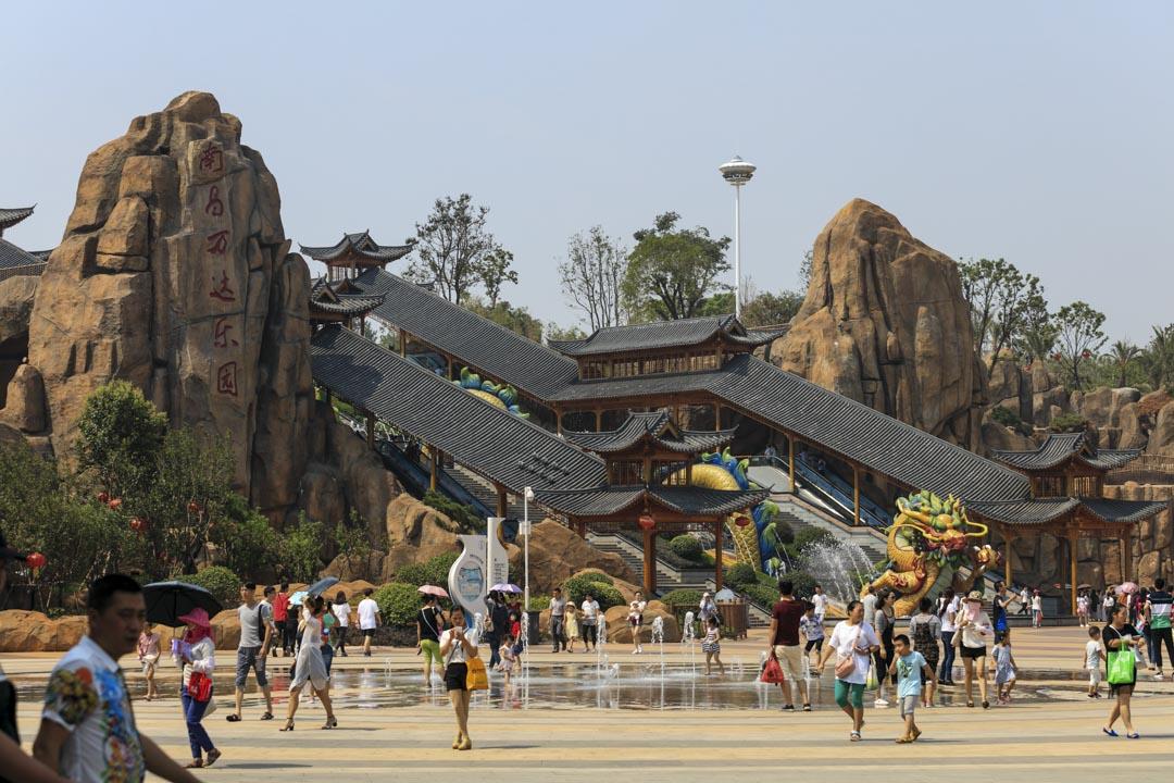 第一座「萬達文化旅遊城」——南昌萬達城在2016年5月底開業時,王健林對迪士尼隔空喊戰,成為當年商戰舞台上極為戲劇性的一幕。