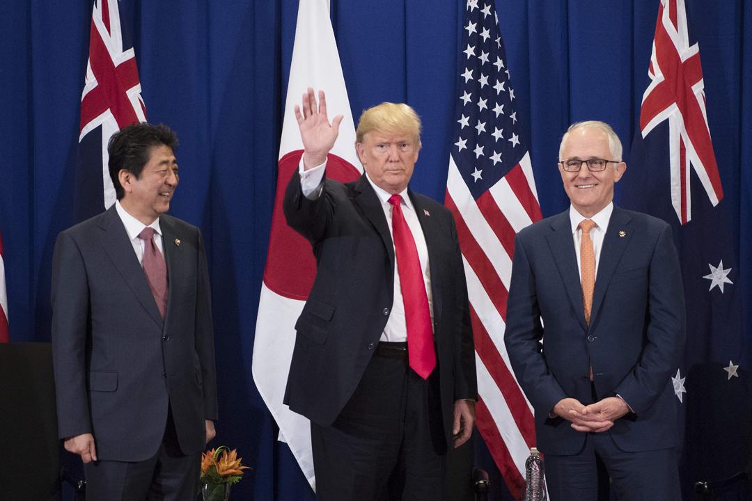 去年11月在東盟峰會期間,美澳印日宣布重啟四方安全對話。圖為日本首相安倍晉三、美國總統特朗普及澳洲總理特恩布爾一同出席峰會開幕禮。 攝:Jim Watson / Getty Images