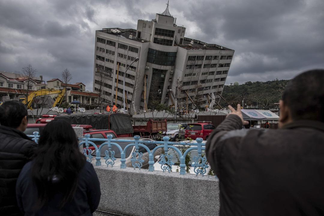 2018年2月6日,台灣花蓮夜間發生黎克特制(台稱芮氏規模)6.4地震,雲門翠堤大樓嚴重傾斜。 攝:Stanley Leung/端傳媒