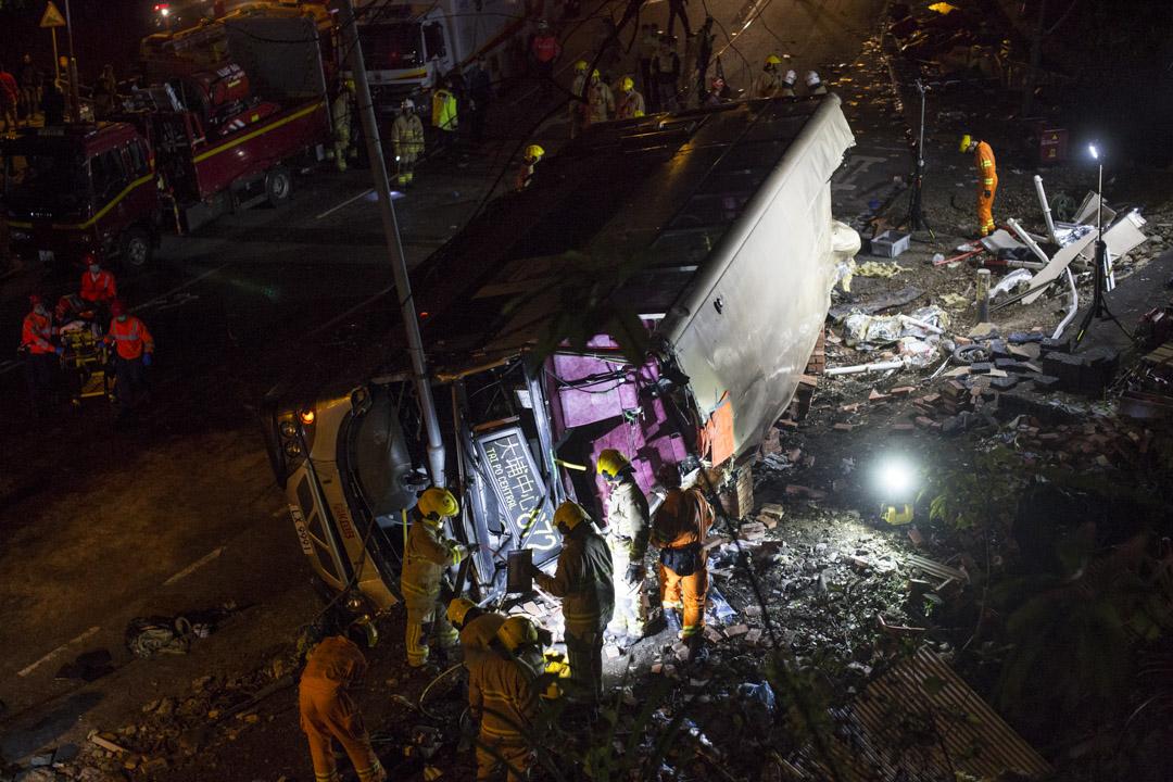 2018年2月10日,香港大埔公路發生涉及一輛雙層巴士的嚴重交通意外,造成19人死亡,66人受傷。 攝:林振東/端傳媒
