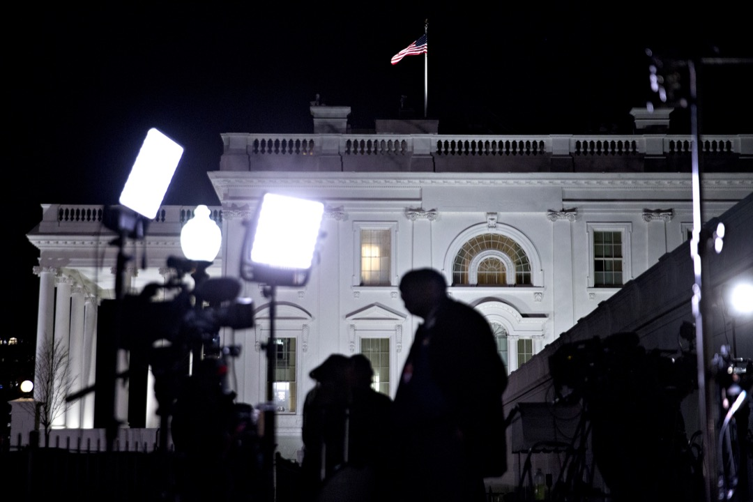 在新的媒體環境下,出錯的概率進一步上升。CNN這種24小時滾動播出的新聞頻道,對時效性的要求都達到了極致。隨之而來的後果就是,對報導質量的把關力度相對較弱。圖為白宮外新聞機構放置的攝錄器材,隨時準備發送直播報導。