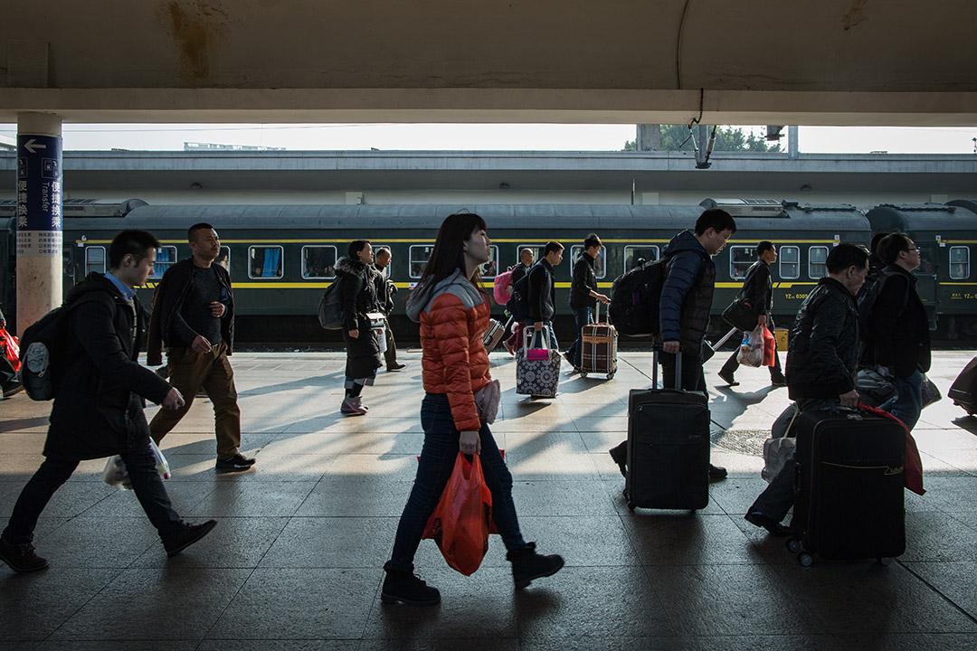 廣州站站台上,乘客趕忙上車。